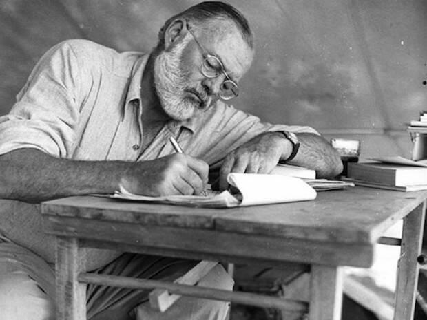 Hemingway cree que la vida carece de toda esperanza, ya que si existe un Dios, parece indiferente.