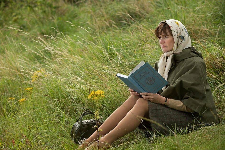 La película es todo un canto de amor a los libros, que describe Coixet con delicadeza y sutil orfebrería en imágenes y silencios llenos de pequeños y reveladores gestos.