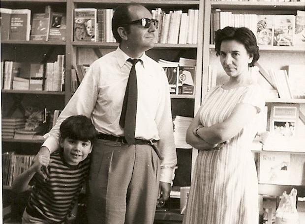 José de Segovia y Pilar Barrón comenzaron la obra de CLC en España en 1966, llegando a abrir la librería de la foto en la Gran Vía, donde aparecen aquí con su hijo en 1971.