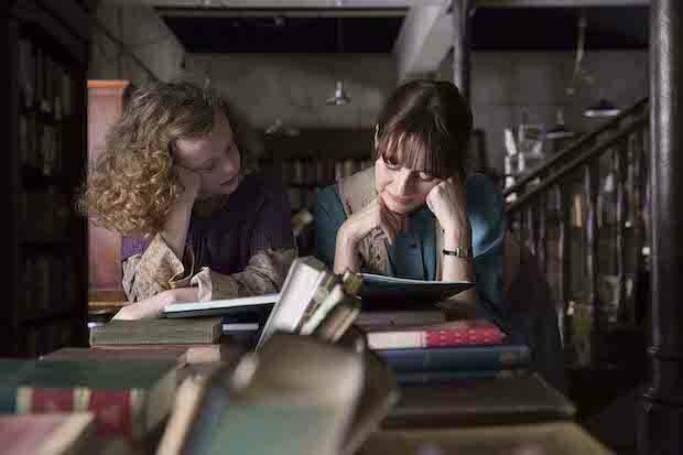 La acorralada librera se encuentra, así, solo con la ayuda de una niña imaginativa, ante la soterrada guerra de unos vecinos que consideran la lectura peligrosa.