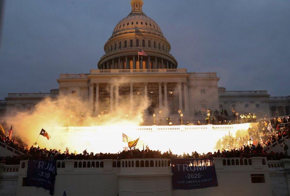 Seguidores de Trump concentrados a las puertas del Capitolio. / Twitter,