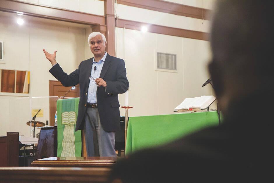 Ravi Zacharias en una conferencia en la base naval de Guantánamo. / Kathrin Forbes, Wikimedia Commons,