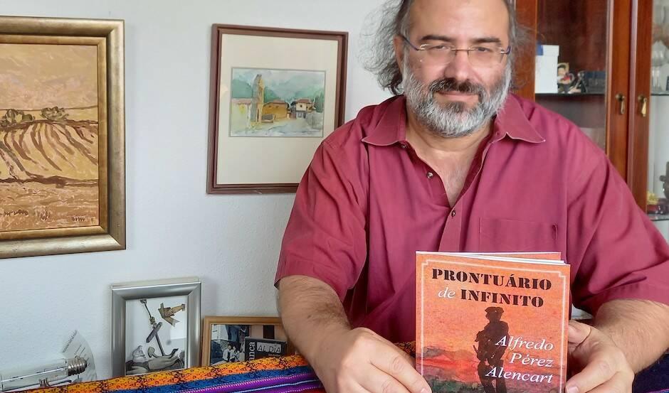 Alfredo Pérez Alencart, con su libro. / José Luris,