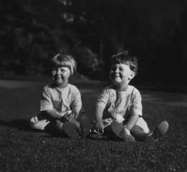 Su hermana Joy era un año mayor que John y se crió con él hasta que Stott fue mandado interno a un colegio a los 8 años.