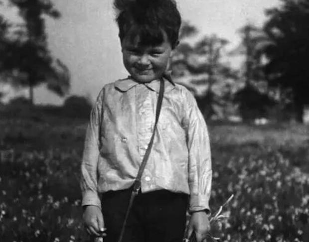 Stott cazaba mariposas hasta que en una de sus muchas riñas con su hermana, se arruinó la colección y comenzó su afición a mirar pájaros.