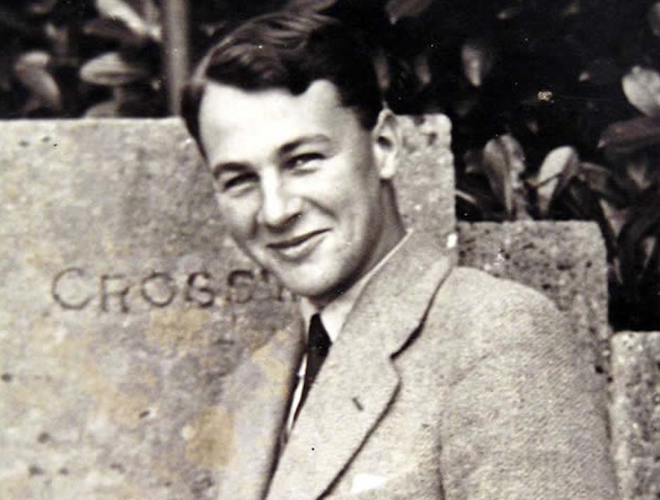 Stott (1921-2011), recordaba que cuando tuvo la experiencia que cambió su vida en 1938, no era consciente más que de dos cosas sobre sí mismo; su lejanía de Dios y su derrota.