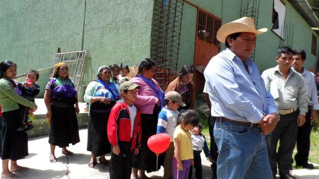 <p> Parte de los ind&iacute;genas de Los Llanos exiliados en S. Crist&oacute;bal de las Casas / La Jornada</p> ,