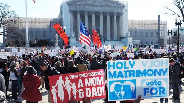 <p> Manifestaciones frente al Tribunal Supremo antes del dictamen sobre la ley DOMA. / Rtve.es</p> ,