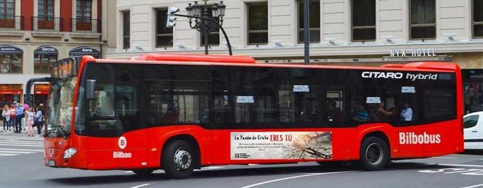 Un autobús público de Bilbao circula con el cartel de la campaña evangelístico de la Asociación de Pastores de Vizcaya. / Cedida,