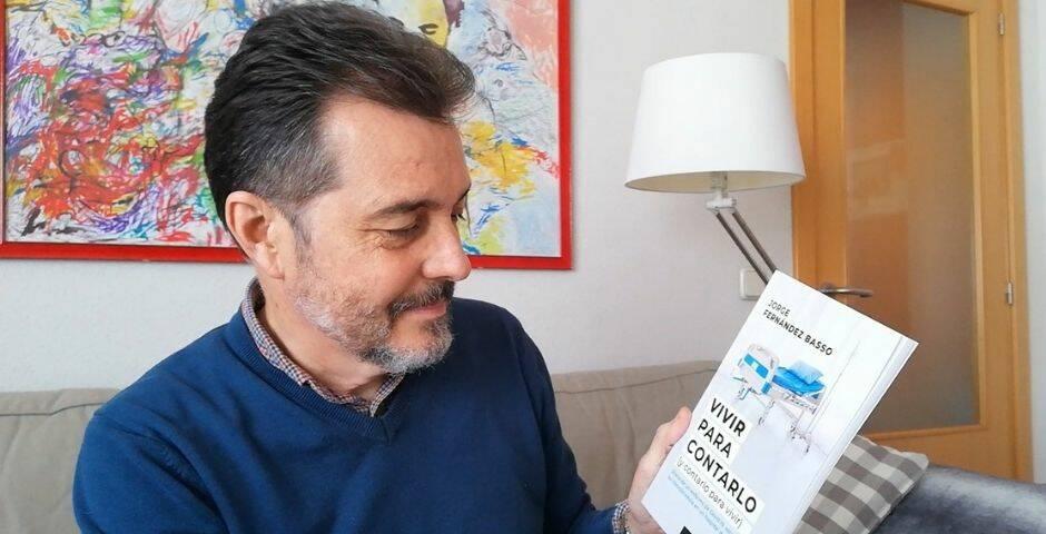 Jorge Fernández Basso con un ejemplar de su libro