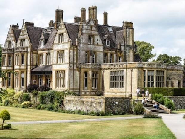 Los campamentos de Bash eran en la época de Stott, en un colegio llamado Clayesmore, que hay en un pequeño pueblo de Dorset, entre Shaftesbury y Blandford, que tenía el nombre de Iwerne Minster.