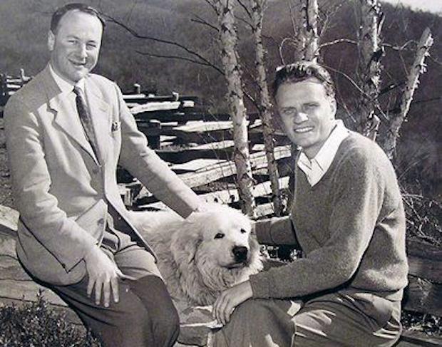 Aunque colaboró con Billy Graham, Stott escribió críticamente sobre las campañas de evangelización que no eran más que manipulación de masas.