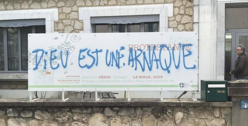 El cartel con la pintada realizada tendrá que ser sustituido. / Alliance Presse,