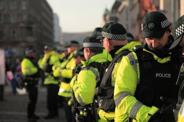 """Las iglesias de Irlanda del Norte esperan que la relajación del confinamiento ayude a abordar los """"complejos"""" disturbios"""