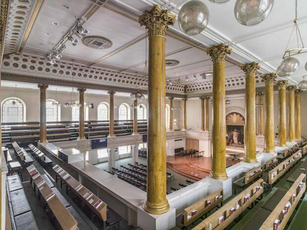 El edificio del arquitecto John Nash puede acomodar unas 1820 personas.