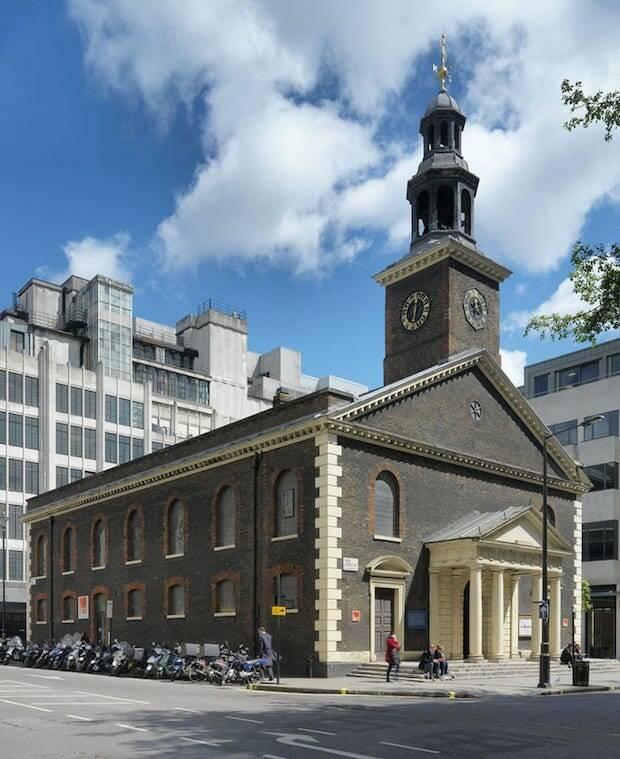 Hasta principios de los años 50 los cultos de All Souls eran en la iglesia de San Pedro en Vere Street, que pertenecía a la congregación.