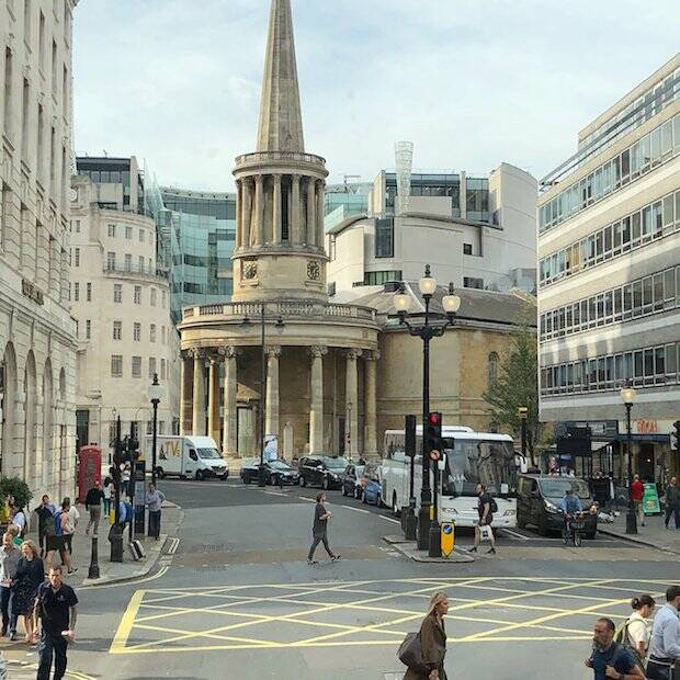La iglesia de Stott de toda vida, All Souls, está en medio de la principal arteria comercial de Londres, Oxford Street.