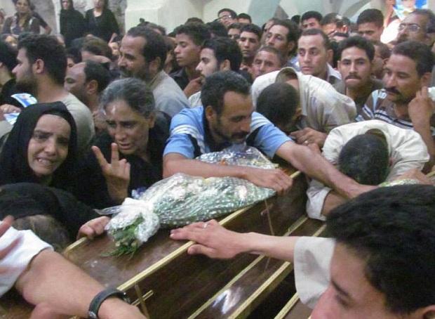 <p> Un f&eacute;retro es llevado entre las multitudes, durante el entierro de un cristiano copto en Egipto. / MorningStarNews</p> ,
