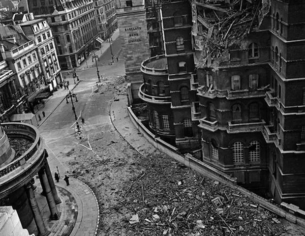 El edificio de la iglesia de All Souls en Langham Place fue muy dañado por los bombardeos alemanes durante la guerra.