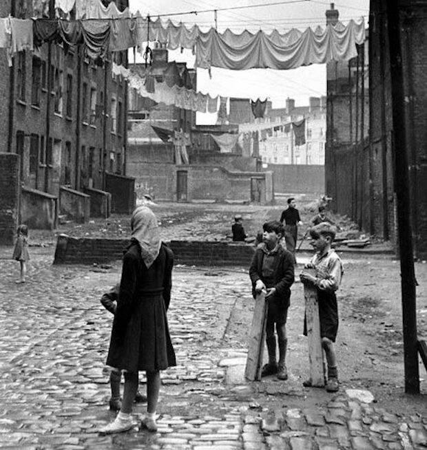 Los chicos de la calle del West End de Londres venían ya de familias griegas o turcas, que hoy llamaríamos disfuncionales, dejando el colegio a los 14 años para trabajar con periódicos o en el mercado.
