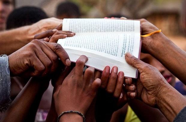 <p> En Botswana, celebraron en 2012 la llegada del Nuevo Testamento en Naro. / Zeke du Plessis, Wycliffe</p> ,