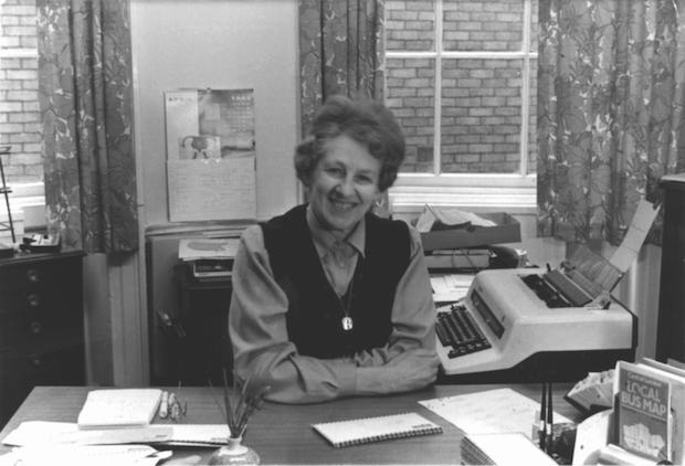 Frances Whitehead fur originalmente, empleada como secretaria de la iglesia, luego del rector y finalmente, secretaria personal de Stott desde 1970.