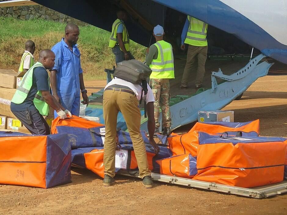 Trabajadores locales de la ONU organizando la llegada de material al país en 2018. / Monusco, Wikimedia Commons,