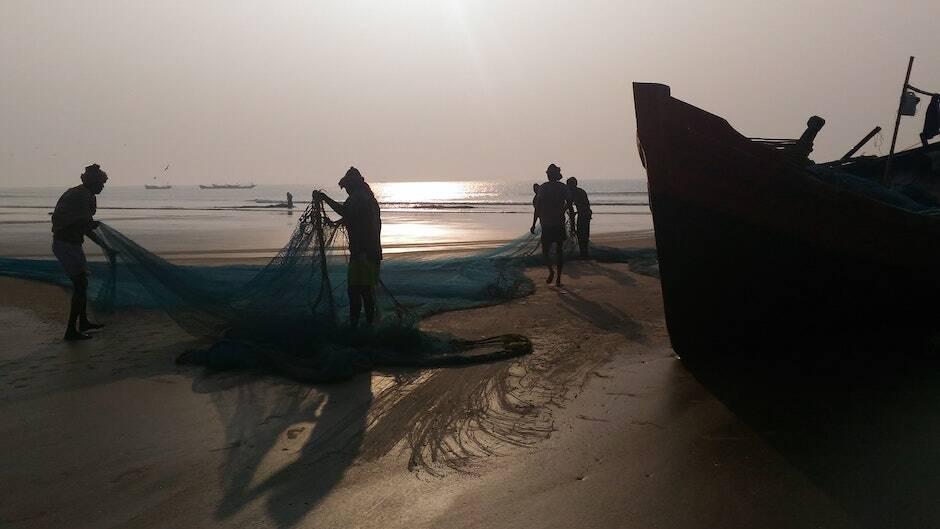 Un grupo de pescadores, trabajando juntos. /[link]Susmita Saha[/link], Unsplash|#|