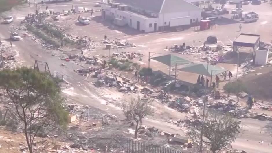 Miles de comercios y hasta 161 centros comerciales han quedado arrasados tras los disturbios. También se han bloqueado vías de acceso. / Captura de pantalla RTVE|#|