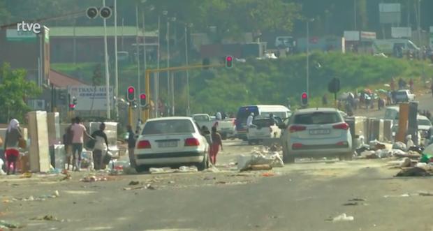 """Las iglesias en Sudáfrica oran """"por la paz y la calma"""" mientras el país se recupera de unos disturbios masivos"""