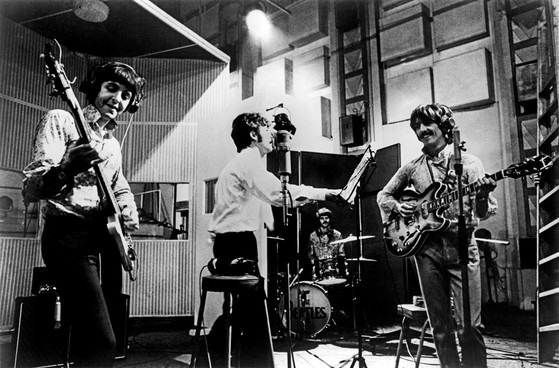 <p> Los Beatles, en el estudio de grabaci&oacute;n, durante las sesiones de <em>Sgt. Pepper.</em> / NPR</p> ,