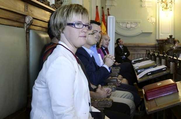 <p> &Aacute;ngela Bachiller, en su sill&oacute;n de concejala en Valladolid / Efe</p> ,