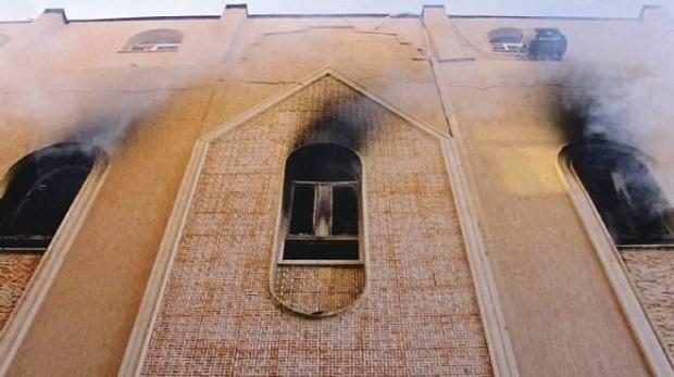 <p> Una iglesia evang&eacute;lica en Minia, ardiendo tras un ataque el pasado mi&eacute;rcoles. / Twitter</p> ,