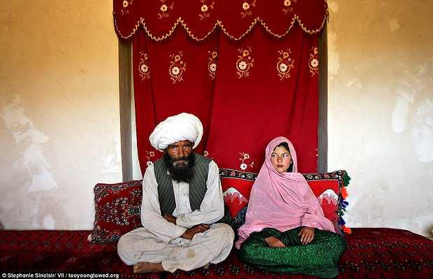 <p> Afganist&aacute;n, 11 de septiembre de 2005. Faiz (40 a&ntilde;os) con su mujer Ghulam (de 11 a&ntilde;os) / Stepanie Sinclair</p> ,