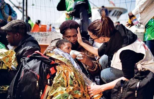 <p> Inmigrantes rescatados en Lampedusa / M&eacute;dicos Sin Fronteras</p> ,