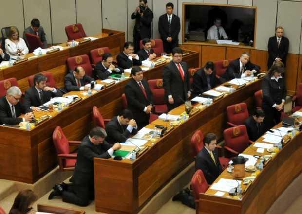 <p> Los senadores, arrodillados en el Congreso paraguayo</p> ,