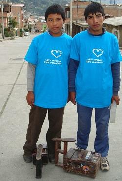 <p> Dos ni&ntilde;os que trabajan de limpiabotas en las calles de Per&uacute;.</p> ,