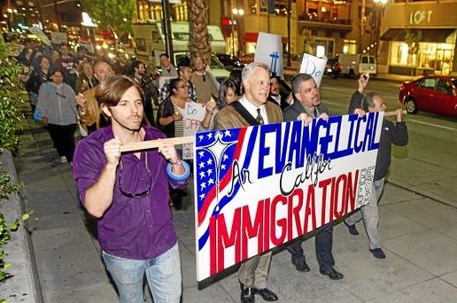 <p> Alumnos y profesores del seminario Fuller marchando por la reforma migratoria. / Walt Mancini, Pasadena Star News.</p> ,