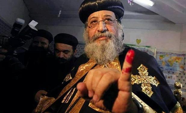<p> Un religioso copto ense&ntilde;a el dedo marcado tras votar en el refer&eacute;ndum egipcio sobre la Constituci&oacute;n. / The Free Copts</p> ,
