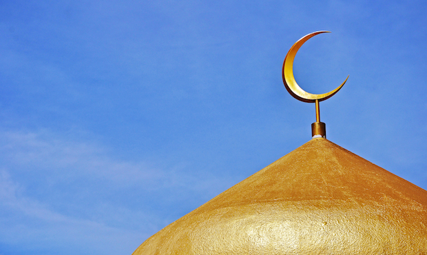 <p> La luna creciente, un s&iacute;mbolo isl&aacute;mico, en la c&uacute;pula de la mezquita de Sabah, en Malasia. / dcubillas, sxc.hu</p> ,