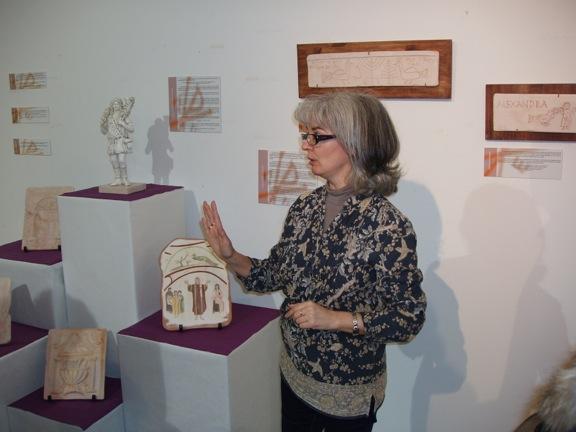 <p> Ana Jim&eacute;nez D&iacute;az, explicando las obras expuestas.</p> ,