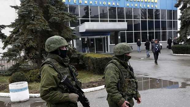 <p> Militares rusos ocupan un aeropuerto de Crimea / Efe</p> ,