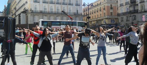 <p> Un flashmob a favor de la vida en Madrid, el 8 de marzo. / L. Ram&iacute;rez</p> ,
