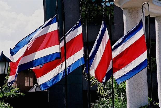 <p> Banderas de Costa Rica lucen en el Tribunal Supremo Electoral. / Wikipedia</p> ,