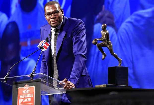 <p> Durant, durante su discurso tras recibir el trofeo de mejor jugador.</p> ,