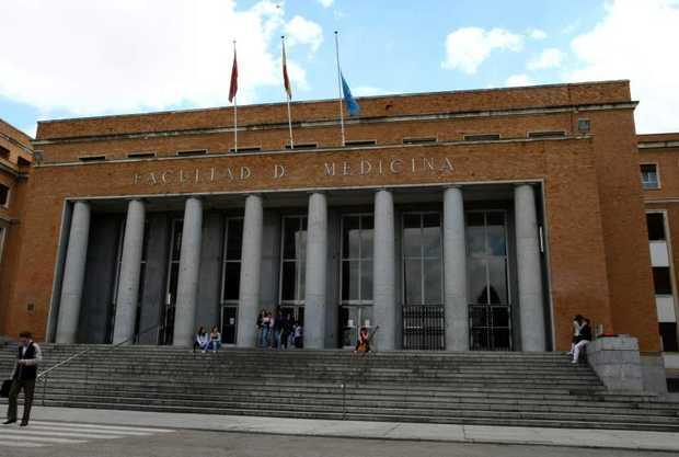 <p> Fachada de la Facultad de Medicina de la U. C. de Madrid</p> ,
