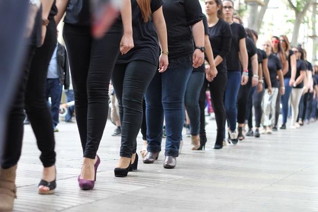<p> Cientos de mujeres marcharon en fila y con camisetas reivindicando la lucha contra la trata de personas. / Hillsong Barcelona</p> ,