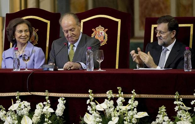 <p> Mariano Rajoy aplauden al Rey, acompa&ntilde;ado de la reina Sof&iacute;a, en la Conmemoraci&oacute;n de la Constituci&oacute;n de 1812. / C. Ser</p> ,