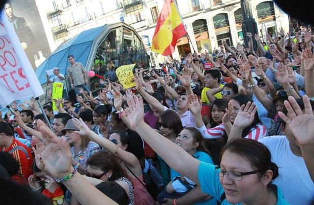 <p> Unas 4000 personas llegaron a Sol para participar del evento &#39;Espa&ntilde;a oramos por ti&#39;. / M. GaLa</p> ,