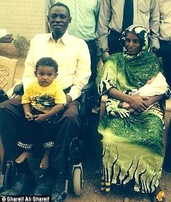 <p> La familia completa, tras ser liberada Meriam de la c&aacute;rcel</p> ,